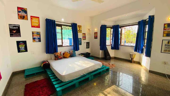 * BOHO BLUE* pvt bedroom with superfast wifi