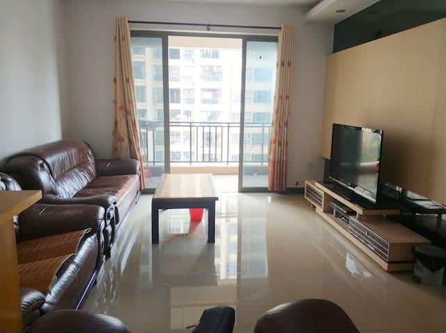 给你一个干净温暖的家,邻近江门万达,纬丰广场,江门汇悦城,江门汽车总站,交通便利。