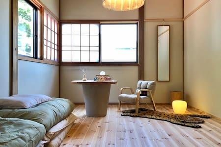 佐渡市小木町「ノラ」北側のお部屋 ネコと家主が笑顔でお出迎え〜ʕु-̫͡-ʔु♬*゜