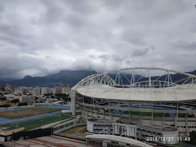 Estádio do Engenhão (Time do Botafogo FC), fica a 15 minutos de carro.