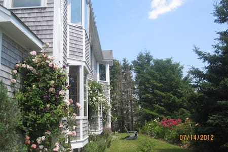 Beautiful oceanfront family home - Boutiliers Point