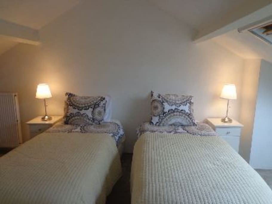 Slaapkamer, 2 eenpersoons boxspring bedden