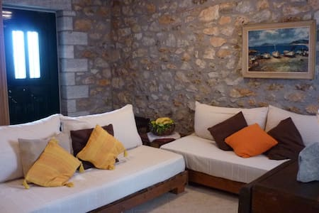 Big Blue all stone traditional house - Githio - Appartement