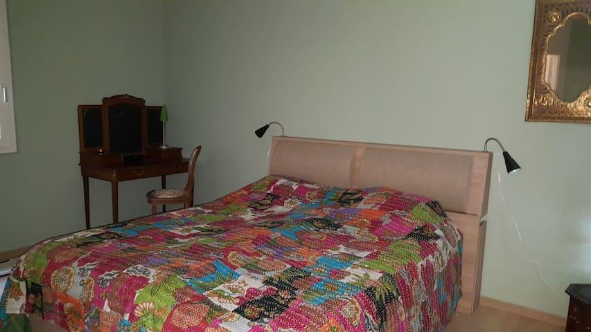 Grande chambre au rez-inférieur. Possibilité de rajouter 2 lits simples.