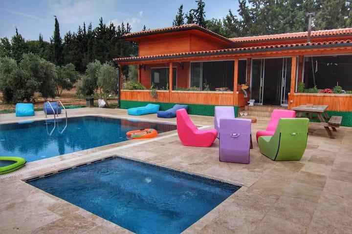 Datca daki özel havuzlu jakuzili tek ahşap villa