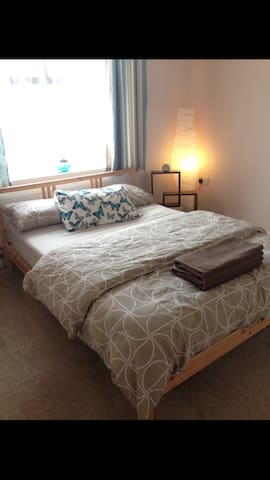 Double bedroom, Wifi & short train into london - Cheshunt - House