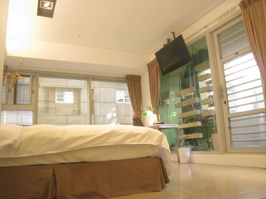 旅宿房間,可以一張雙人床或兩張單人床