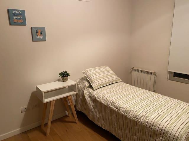 El departamento cuenta con 2 dormitorios. Uno de ellos está equipado con una cama de 1 plaza. El otro cuarto tiene una cama Queen Size . Y en el living hay un sofá cama para 1 persona más. En total pueden alojarse 4 huéspedes.