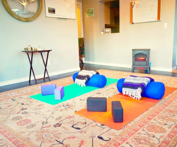 In-Home Yoga -Quick access 2 Downtown + Mountains