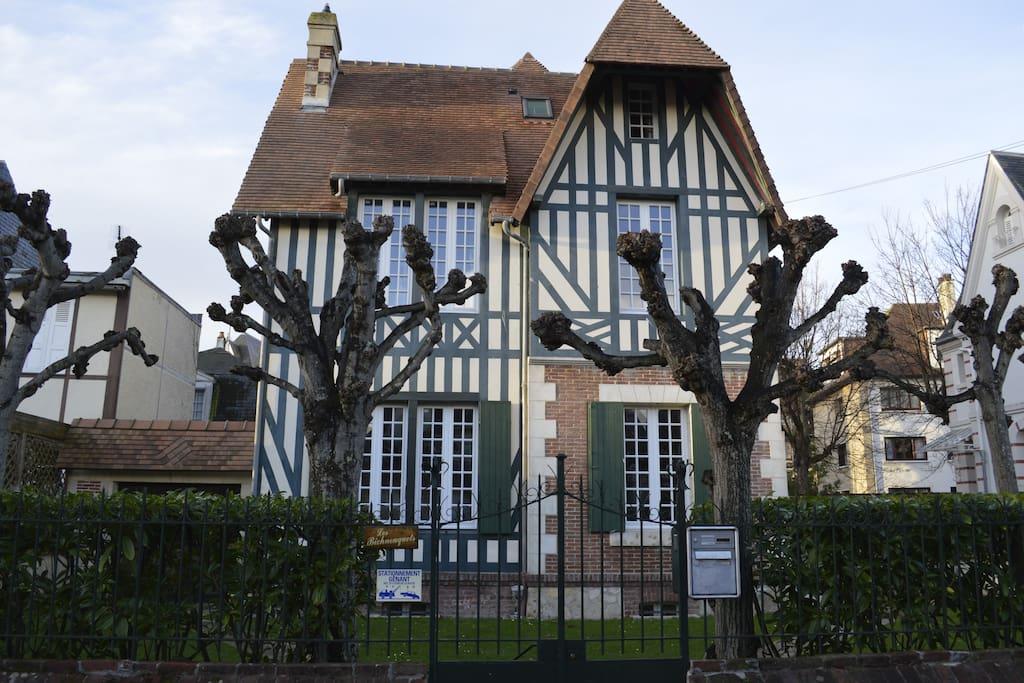 magnifique villa coeur de deauville maisons louer deauville basse normandie france. Black Bedroom Furniture Sets. Home Design Ideas