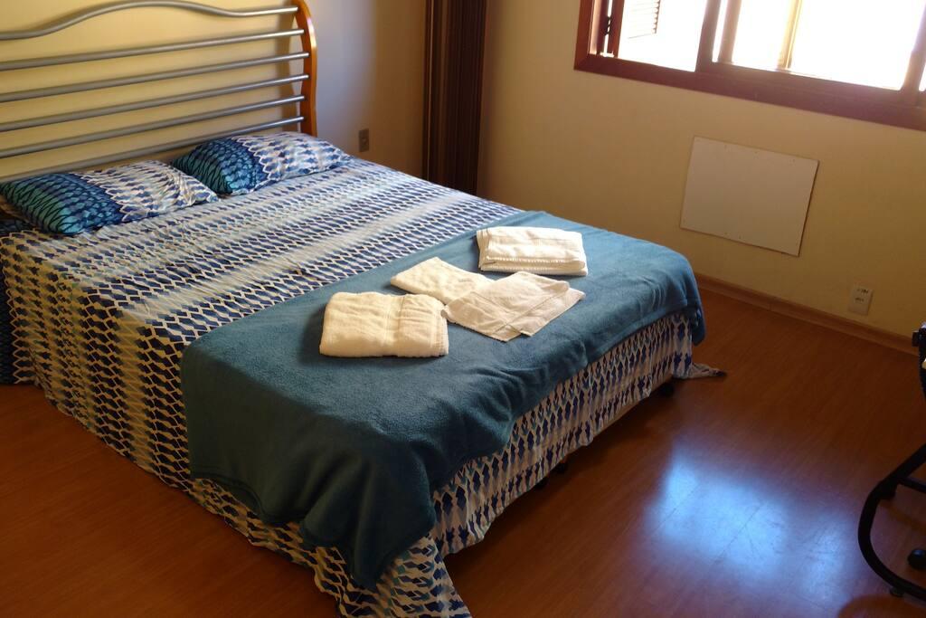 Amplo apartamento com dois dormitórios, cozinha, banheiro, área de serviço e garagem.