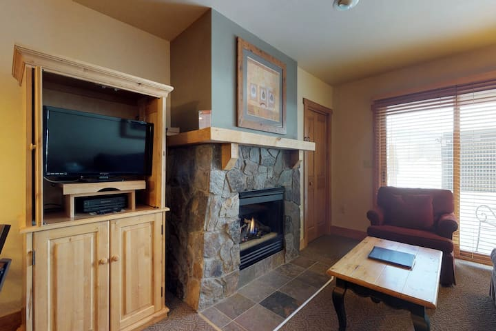 Cozy studio w/shared pool, hot tub, sauna & gym -walk to the slopes