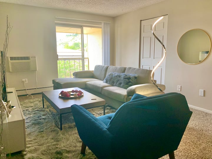Chic Modern Apartment-Mins from Garden of the Gods