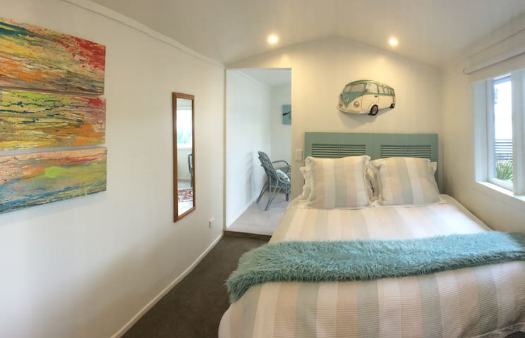 Harbourview 52 - private studio right on the water - Raglan - Bed & Breakfast