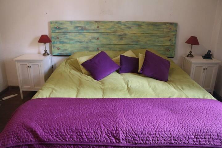 Amplia habitación con vestidor y baño privado