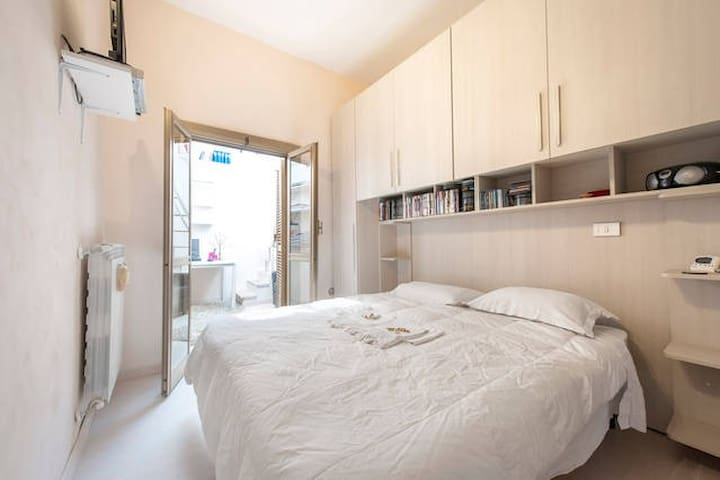 Double room king bed & private terrace in Pigneto