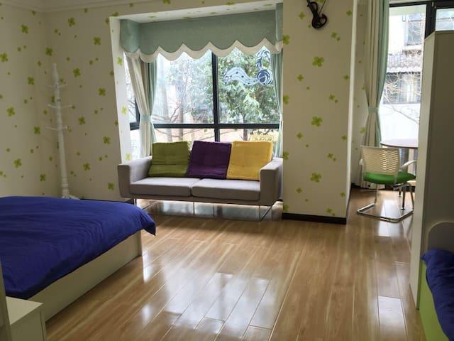 卧室1 大床1张,双层床1张。