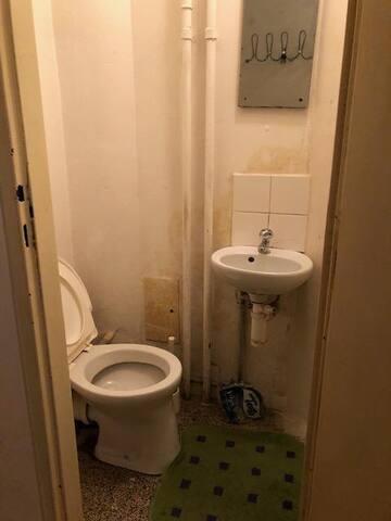 küçük tuvaleti de vardır ayrıca bu da oldukça kullanışlıdır gerekli her şey vardır küçük olmasına rağmen