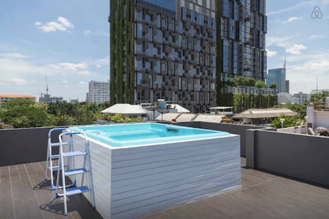 Rooftop jacuzzi open daily 24 hours/ 顶楼按摩浴池 24 小时可用。/매일 24시간 운영 루프탑 자쿠지