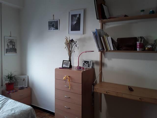 En una de las habitación hay un pequeño escritorio en el que poder trabajar, preparar el viaje, ...