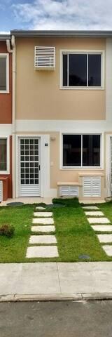 Casa geminada em condomínio fechado com segurança