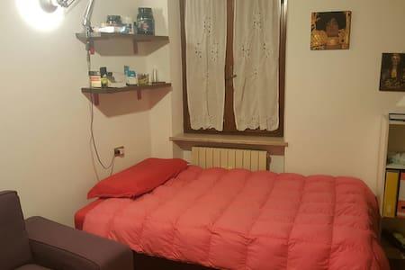 Ampia stanza: letto pz 1,5 +divano (max 2 persone) - Verona - Huoneisto