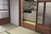 Kitchen:The kitchen is next to the living room on the first floor and you can cook freely/一階の居間の隣にあり、自由に調理ができます。