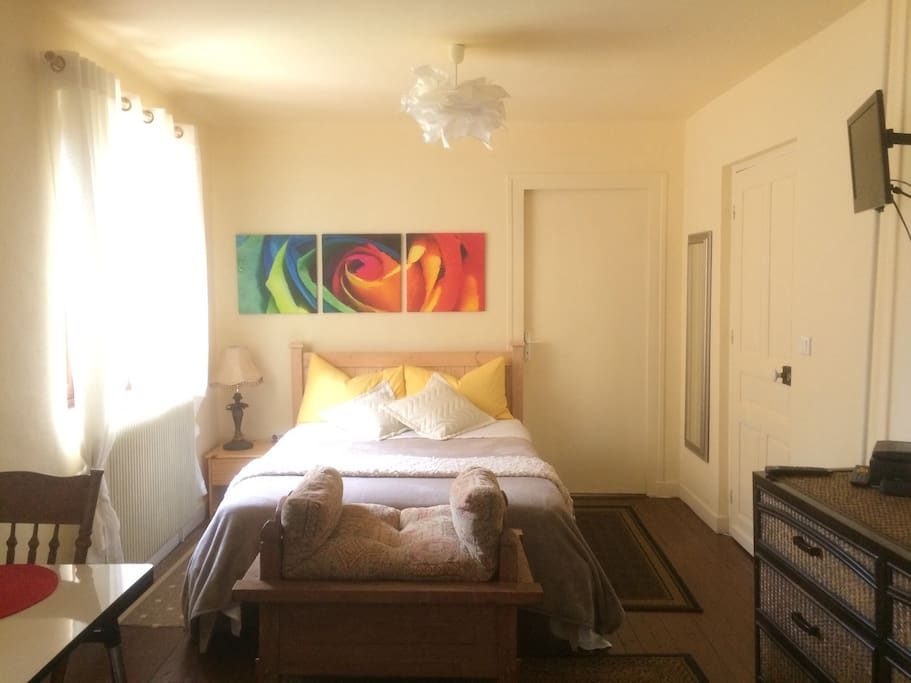 Your pretty studio with wifi fully equipped kitchenette, French eng TV, linens, towels, toiletries all included