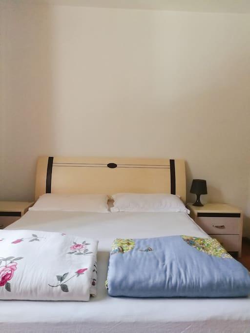 二楼卧室大床