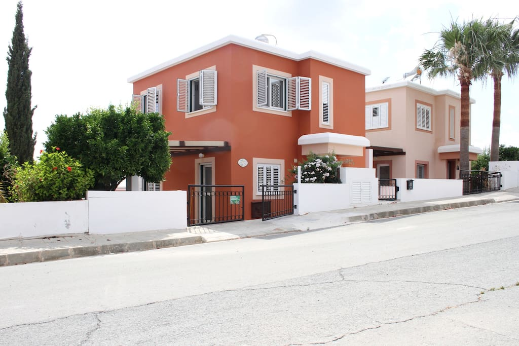 View of villa from the front (roadside)