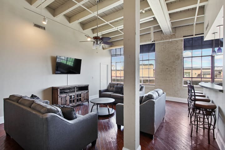 Gorgeous Spacious Downtown Condo