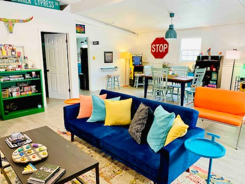 Bella's Bungalow - Fun, Funky, & Steps to Downtown