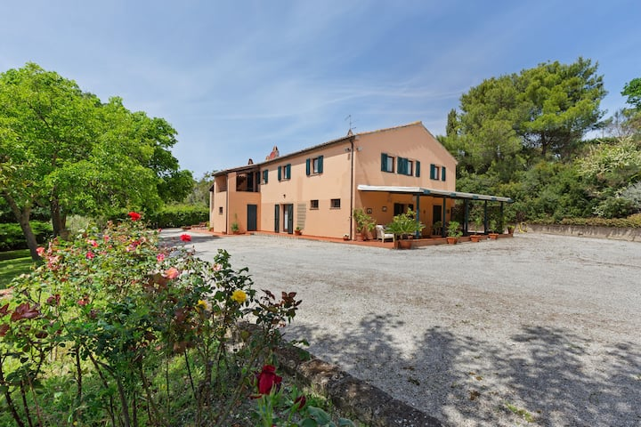 Traditional Villa in Varano with Private Garden