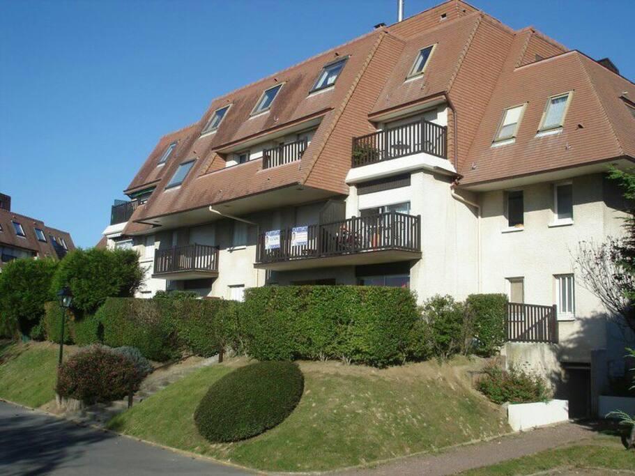 id al famille f2 jardin 300 m de la plage apartments for rent in cabourg normandie france. Black Bedroom Furniture Sets. Home Design Ideas