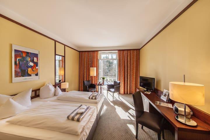 relexa hotel Bad Steben (Bad Steben), Classic-Doppelzimmer mit Zugang zu großem Bade- und Wellnessbereich