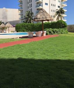 Palma Condo @ best beach location - Cancún - Appartement