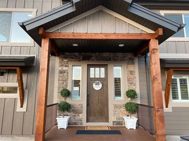 Luxury Designer Home, Beach/Pool Access- Sleeps 30