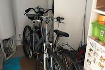 Vélos et cadenas à disposition