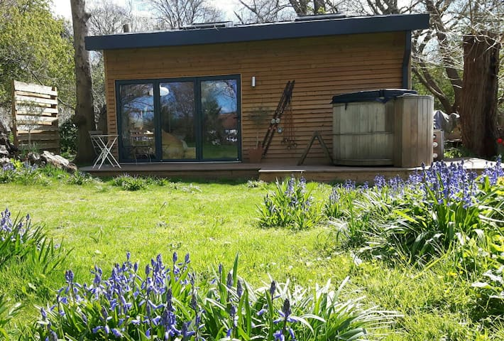 Boutique style Cabin with Hottub - Maidstone, Kent - Talo