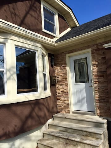 Contemporary bungalow, central StC - Saint Catharines - House