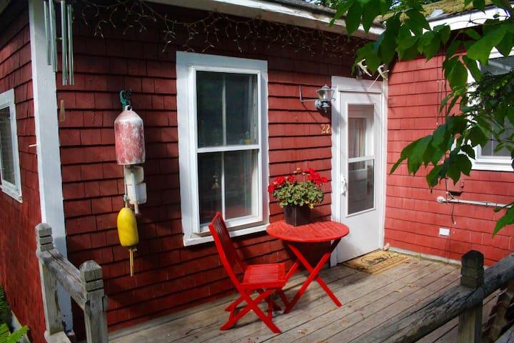 Little Red Cottage - Lakefront