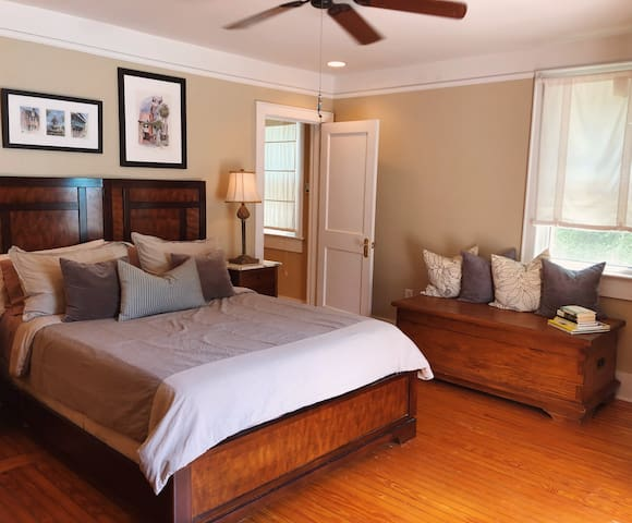 Cozy & Private 1BD Downtown Chs
