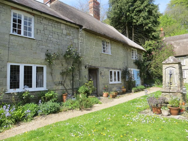 18c Cottage in gated courtyard - Shaftesbury - Dom