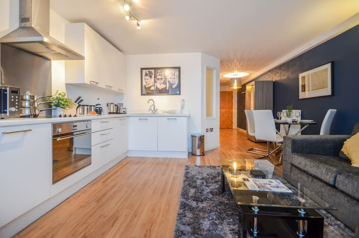 The Hepburn - Stylish city centre apartment for up to 4 guests with WiFi