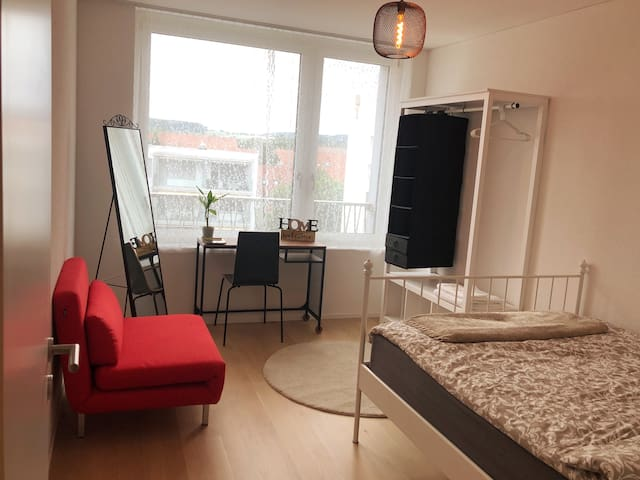 Cozy Bedroom near by Zürich Airport