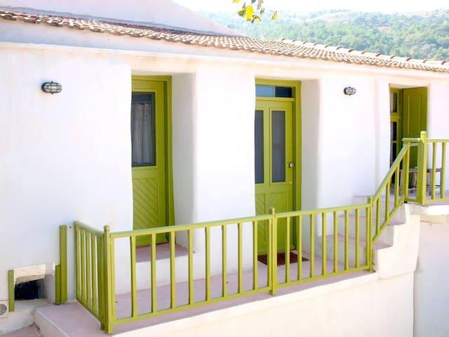 Λίθινη διώροφη κατοικία, Κουρούνια - Kourounia - Dům