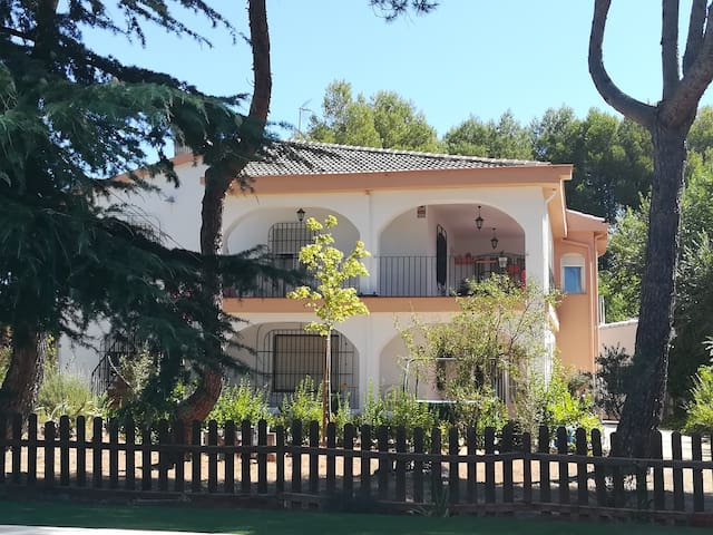 Paradise Villa facing Sierra Mariola