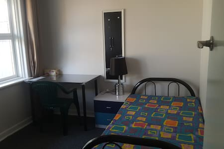 3 Rooms for Rent Best suited to students. - Beckenham