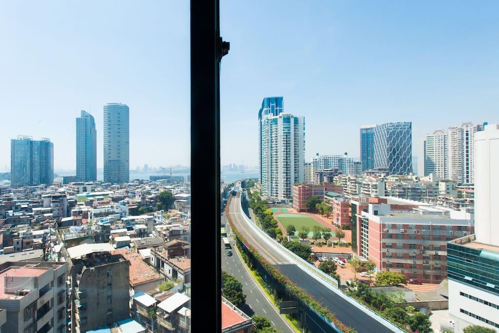 在卧室隔窗相望的双子峰,漳州港