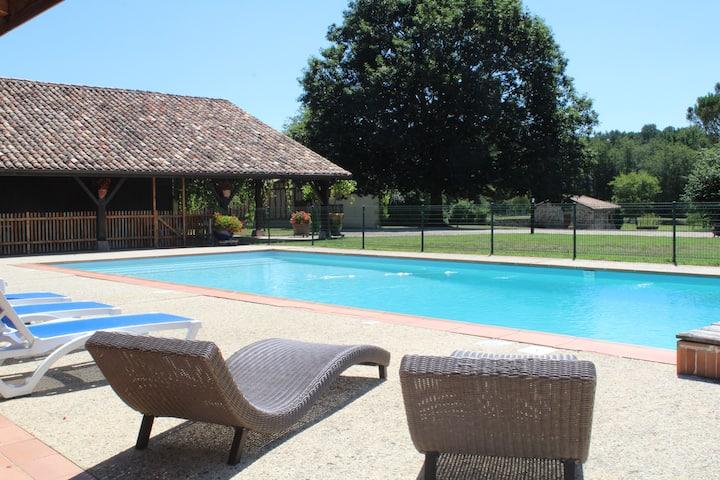 Gîte 3*  15 personnes, piscine chauffée et sauna.
